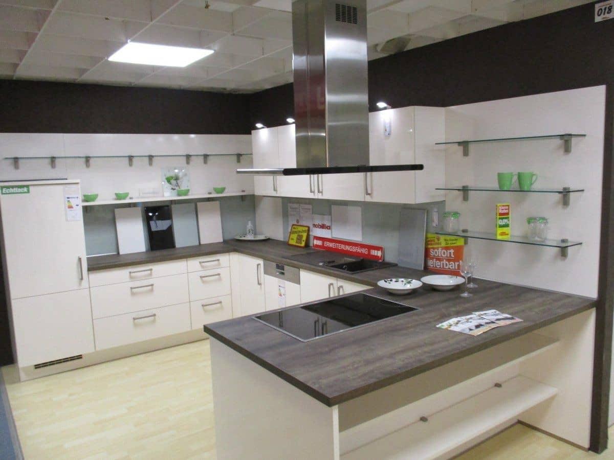 Ausstellungsküche - mit Geräten - Küchenfront hochglanz Lack - FOCUS